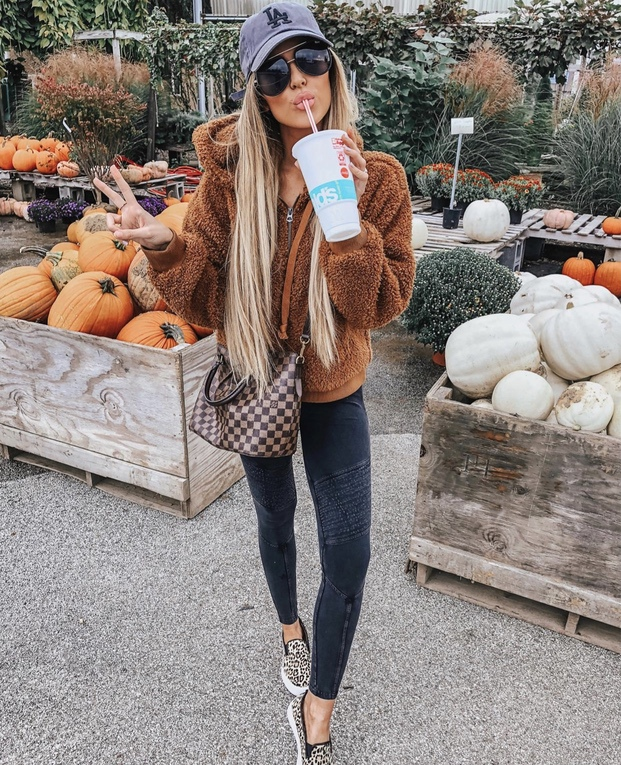 27+ Best Womens Coats To Steal From Fashion Bloggers: These coats for women will make you look like the ultimate fashionista. Have a look at the top styles, including fall coats for women, ladies winter coats, warm coats for women, stylish coats, for women and other coats jackets and cardigans. These casual coats for women include many different styles, for example this camel teddy coat / camel shearling coat. Image by ©HollieWdwrd #womenscoats #camelcoats #teddycoat #shearlingcoat