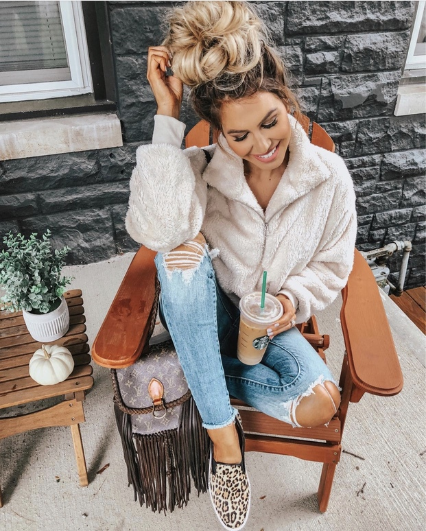 27+ Best Womens Coats To Steal From Fashion Bloggers: These coats for women will make you look like the ultimate fashionista. Have a look at the top styles, including fall coats for women, ladies winter coats, warm coats for women, stylish coats, for women and other coats jackets and cardigans. These casual coats for women include many different styles, for example this white teddy coat / white shearling coat. Image by ©️HollieWdwrd #coatsforwomen #shearlingcoat #teddycoat #shearling