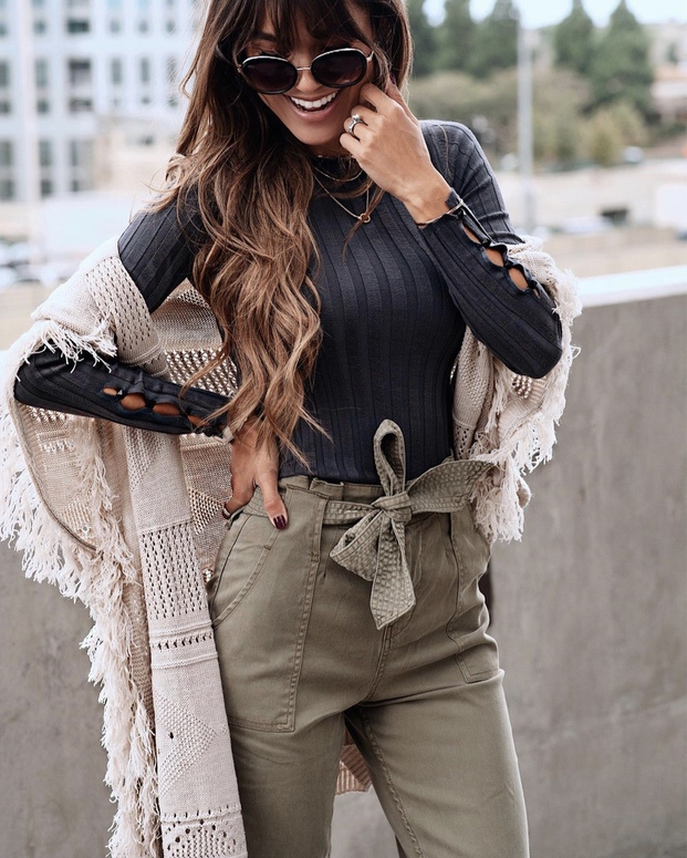 17Trendy winter street style outfits and outfit ideas to step up your game this fall and winter: Khaki pants with fringe cardigan. These winter street style looks are perfect to cosy up with in any urban city. Click over to the article and get inspired by more casual winter fashion looks! Image © InteriorDesignerella. #winterfashion #winteroutfits #streetstyle