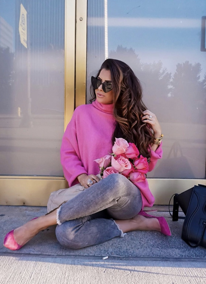17 Trendy winter street style outfits and outfit ideas to step up your game this fall and winter: Pink sweater look. These winter street style looks are perfect to cosy up with in any urban city. Click over to the article and get inspired by more casual winter fashion looks! Image © EmilyAnnGemma. #winterfashion #winteroutfits #streetstyle